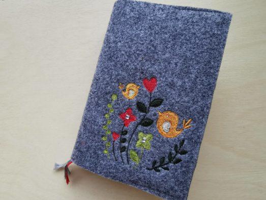 Gotteslobhülle aus Wollfilz bestickt mit Blumenwiese & 2 Vögeln
