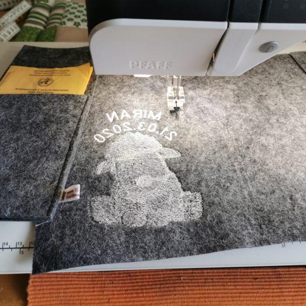 U-Heft Hülle aus Filz bestickt mit einem Schaf, Name und Datum