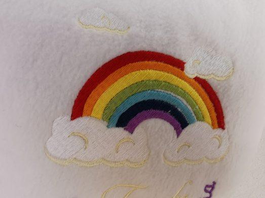 Taufkissen bestickt mit Name und Taufort, Taufdatum und Regenbogen