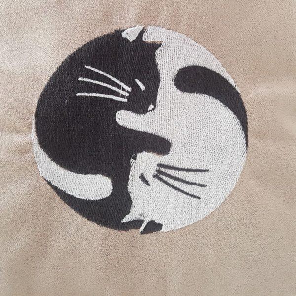 Kissen YingYang Katzenmotiv bestickt. Kissen inkl. Füllkissen und Reißverschluß