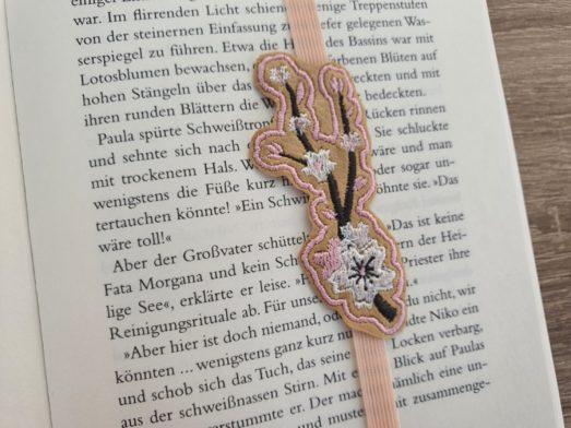 Lesezeichen in Form einer Kirschblüte in feinen rosa und weiß Tönen - Träger ist Kunstleder.