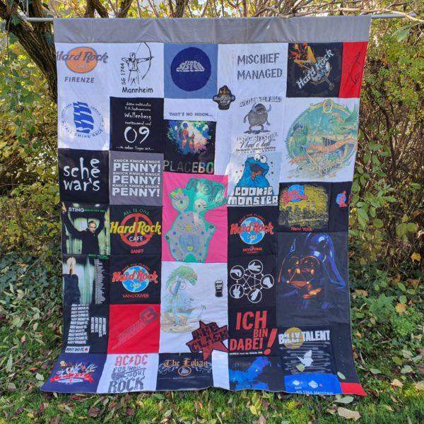 Patchworkdecke aus Deinen T-Shirts oder Kleidung, Patches 30 x 30 cm als Erinnerungsdecke