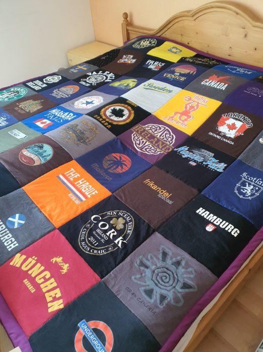 T-Shirtdecke in XXL 2 x 2 m für Rene O. 49 T-Shirts wurde zu einem neuen großen Ganzes