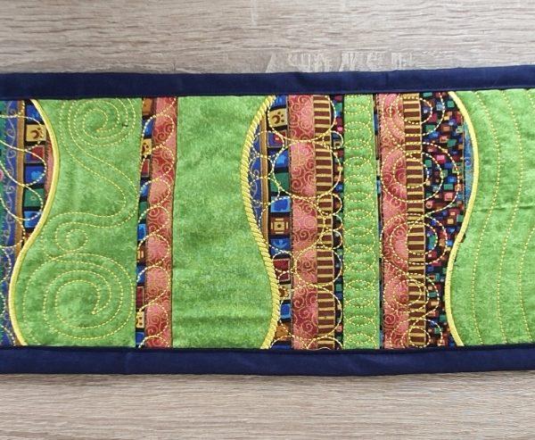 Edler Tischläufer aus Patchwork und Stickerei