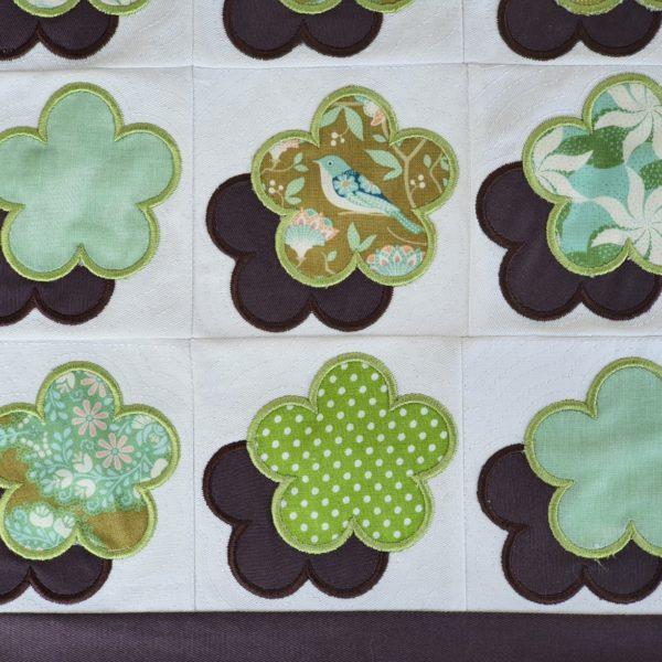 Patchworkdeckchen Tischdeckchen aus Patchwork und Stickerei