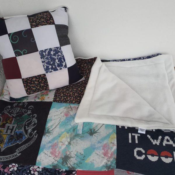 Set aus großer Tagesdecke und Patchwork Erinnerungskissen aus Kleidung Verstorbener